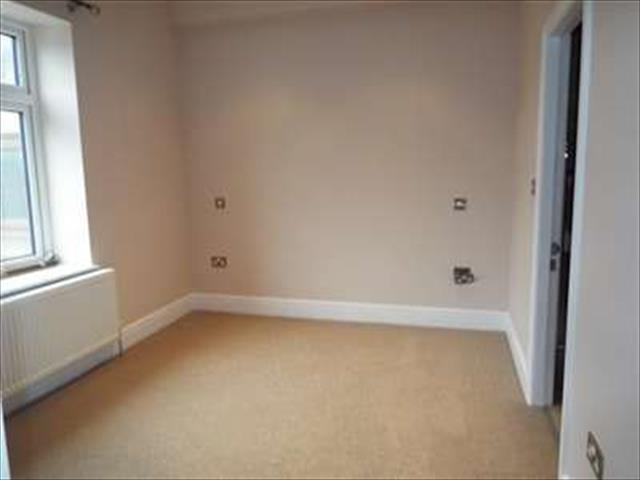 Image of 3 Bedroom Detached to rent at Huddersfield, HD8 8SS
