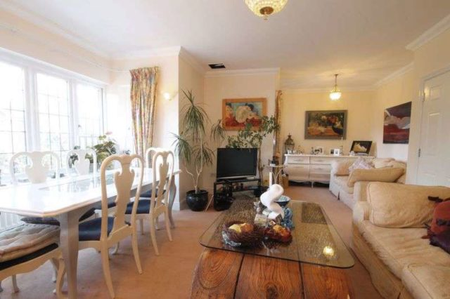 Image of 2 Bedroom Flat to rent at Epsom Road  Leatherhead, KT22 8TB