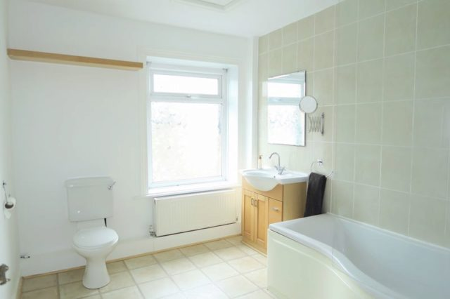 Image of 2 Bedroom Flat to rent at Kirkgate Hanging Heaton Batley, WF17 6DJ