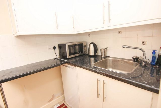 Image of Flat to rent at Whitehorse Road  London, CR0 2LF