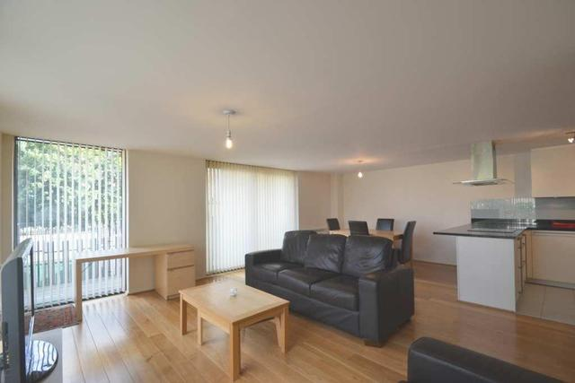 Image of 2 Bedroom Flat to rent in Hammersmith, W6 at Great West Road, London, W6
